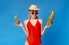 Gullig Chick Enjoying Summer Vacation At tropikerna royaltyfri fotografi