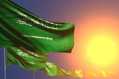 Gullig dag av illustrationen för flagga 3d - många Saudiarabien flaggor på solnedgång förlade diagonalt med den selektiva fokusen vektor illustrationer
