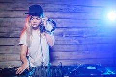 Gullig dj-kvinna som har gyckel som spelar musik på klubbapartiet arkivfoto