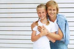 gullig dotter henne moder lycklig tid för familj Arkivfoton