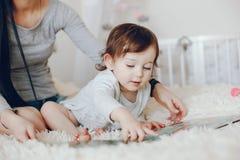 gullig dottermoder fotografering för bildbyråer