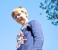 gullig down för pojke som ser ung royaltyfria bilder