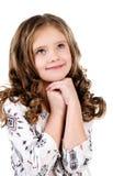 Gullig drömma liten flicka som ser upp Arkivbild