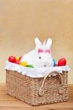 Gullig easter kanin med färgrika ägg Arkivbilder