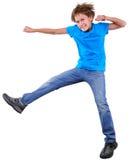 Gullig elementär pojkebanhoppning och dans över vit arkivfoto