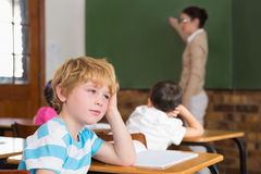 Gullig elev som inte betalar uppmärksamhet i klassrum Arkivfoton