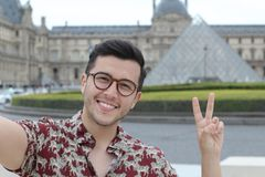 Gullig etnisk man som utomhus tar en selfie arkivbild