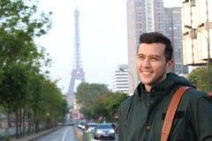Gullig etnisk ung man i Paris, Frankrike royaltyfri bild