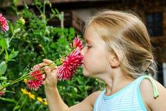 Gullig förskolebarnflickastående med naturliga blommor Royaltyfri Bild