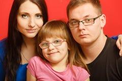 Gullig familj av ståenden för tre framsida Arkivfoto