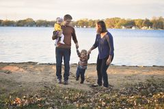 Gullig familj vid sjön arkivbild