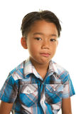 Gullig filippinsk pojke på vit bakgrund med ett tomt allvarligt uttryck Royaltyfri Bild