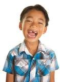 Gullig filippinsk pojke på vit bakgrund och upphetsat uttryck Arkivfoto