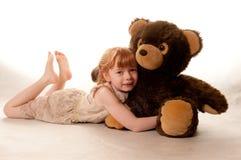 gullig flicka för björn som rymmer little nalle Arkivfoto
