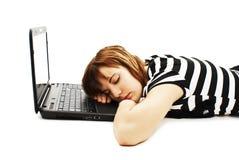 gullig flicka för dator henne sova för bärbar dator som är tonårs- royaltyfri bild