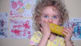 Gullig flicka för litet barn som äter en kokt havre Flycam skott lager videofilmer