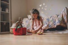 Gullig flicka för litet barn som hemma spelar i hennes rum med leksakmat, matlagning och har gyckel Royaltyfri Fotografi