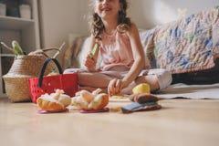 Gullig flicka för litet barn som hemma spelar i hennes rum med leksakmat, matlagning och har gyckel Royaltyfri Bild