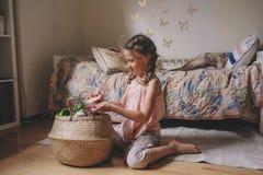 Gullig flicka för litet barn som hemma spelar i hennes rum med leksakmat, matlagning och har gyckel Arkivfoto