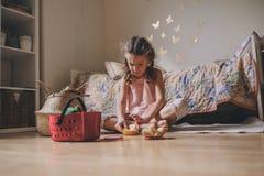 Gullig flicka för litet barn som hemma spelar i hennes rum med leksakmat, matlagning och har gyckel Arkivfoton