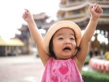 Gullig flicka för lyckliga barn som ropar med hans händer upp royaltyfria bilder