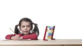 gullig flicka för räkning som lärer till barn Arkivbild
