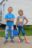 gullig flicka för strandpojke som little går till fotografering för bildbyråer