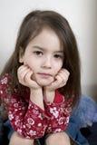 gullig flicka fem lilla gammala allvarliga år Royaltyfria Bilder
