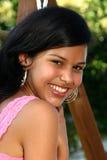 gullig flicka henne som ser över den tonårs- skulderen Royaltyfri Bild