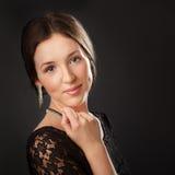 Gullig flicka i coktailklänningen som ser till kameran fotografering för bildbyråer