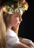 Gullig flicka i den vita klänninginnehavblomman. Royaltyfri Fotografi