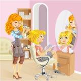 Gullig flicka i en skönhetsalong på frisören Royaltyfri Fotografi