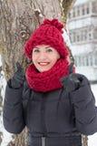 Gullig flicka i en varm hatt i vinter Royaltyfri Fotografi