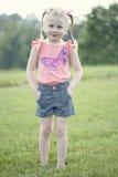 Gullig flicka i fält Royaltyfria Foton