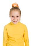 Gullig flicka i gult skratta Fotografering för Bildbyråer