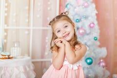 Gullig flicka i julpynt Royaltyfria Foton