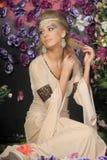 Gullig flicka i medeltida klänning Royaltyfria Bilder