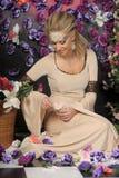 Gullig flicka i medeltida klänning Arkivbild
