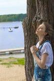 Gullig flicka i natur nära sjön Arkivbilder