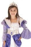 Gullig flicka i purpurfärgad prinsessadräktallhelgonaafton Royaltyfri Bild