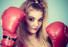 Gullig flicka i röda handskar som spelar att boxas för sportar Royaltyfria Bilder