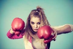 Gullig flicka i röda handskar som spelar att boxas för sportar Arkivfoton