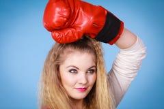 Gullig flicka i röda handskar som spelar att boxas för sportar Royaltyfria Foton