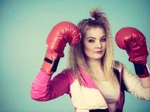 Gullig flicka i röda handskar som spelar att boxas för sportar Arkivbilder
