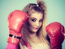 Gullig flicka i röda handskar som spelar att boxas för sportar Arkivbild