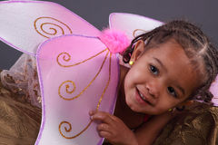 Gullig flicka i rosa felika vingar Royaltyfri Fotografi