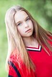 Gullig flicka i sommardag Royaltyfria Bilder