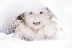 Gullig flicka i stor hatt Royaltyfria Bilder