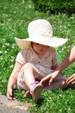 Gullig flicka i stor hatt Arkivfoto
