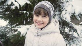 Gullig flicka i vinterskog arkivfilmer